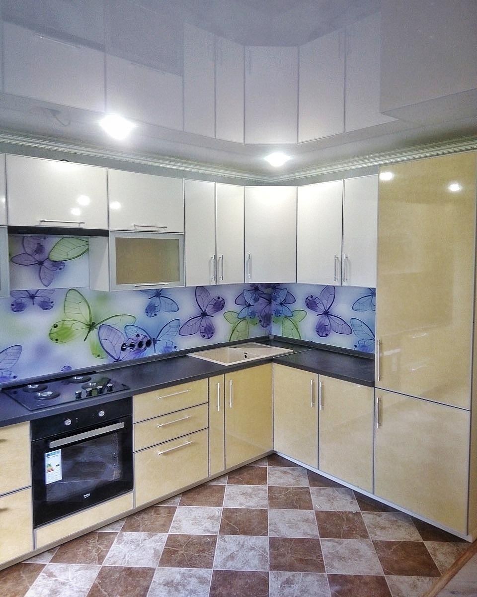 Контрастная кухня с принтом от компании 62 кухни