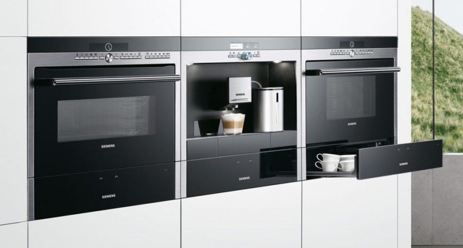 Способы оптимизации кухонного пространства  Прежде чем начать разговор об оптимизации пространства на кухне, необходимо понимать, что международные тренды в кухонном дизайне – это вовсе не красота и эстетика, а в первую очередь эргономика пространства! Поэтому современная встроенная техника, высокие шкафы, островные кухни и многофункциональные модули – это в первую очередь практичные решения производителя кухонь, а только потом уже модные тенденции. Поэтому при планировании современной кухни на заказ мы должны принимать во внимание данные аспекты. Важные аспекты оптимизации кухонного пространства  Освещение на вашей кухне – вопрос первостепенной важности, ведь хороший свет на вашей кухне сделает просторнее даже самое маленькое помещение. Большое значение для кухонного интерьера имеет системная организация ее пространства, ведь от ее правильности зависит удобство и восприятие всей кухни как уютного и комфортного места в доме. Немалая проблема для владельцев современных кухонь – размещение разнообразной кухонной техники, особенно это касается тех людей, для которых приготовление вкусной еды является увлекательным хобби. Умные кухни предполагают наличие всевозможных шкафчиков, ящичков, полок и ниш, позволяющих решить проблему с недостатком места для хранения вещей, а также в них возможно применение мобильных элементов, которые позволяют адаптировать обстановку кухни под различные задачи. Что делать, если не хватает места на кухне?  Отличный способ решить проблему нехватки места на кухне – расширить вверх зону хранения вещей при помощи шкафчиков или стеллажей, уходящих под самый потолок. Полки среди полок  Отличной идеей оптимизации кухонного пространства будет добавление в пространство кухонного шкафчика дополнительных полок: так вы сможете увеличить полезную площадь для хранения многих вещей и кухонной утвари. Так ещё одна порция вещей обретёт свое место на вашей кухне. Встраиваемая техника  Если позволяет бюджет, то всю бытовую технику лучше спрятать внутри гарнитура