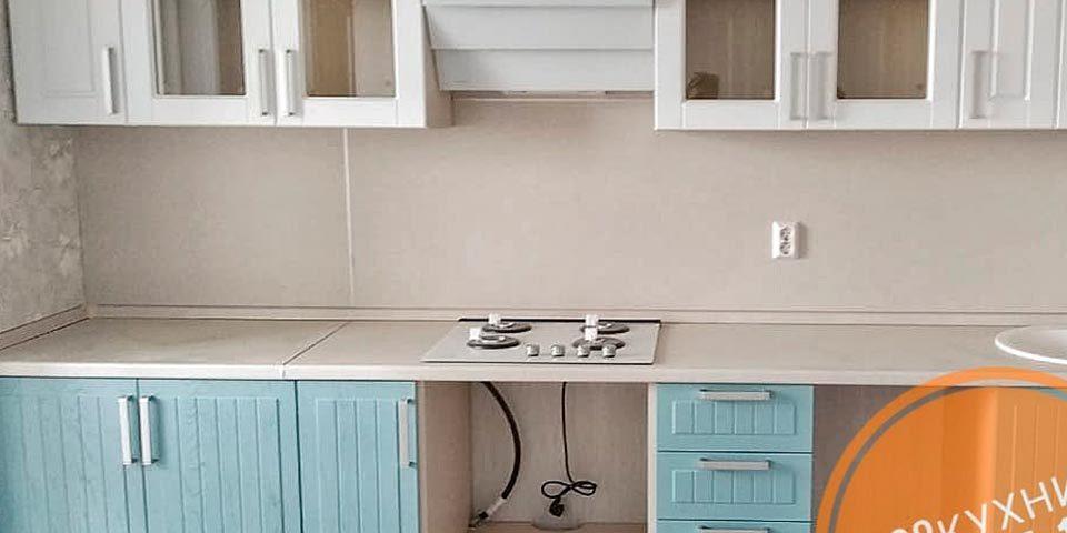 Небольшая бело-голубая кухня от компании 62 кухни