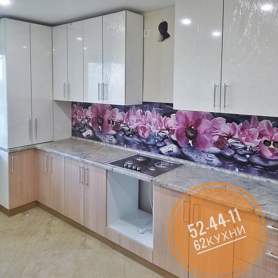 Стильная кухня в пастельных тонах с ярким фартуком от компании 62 кухни