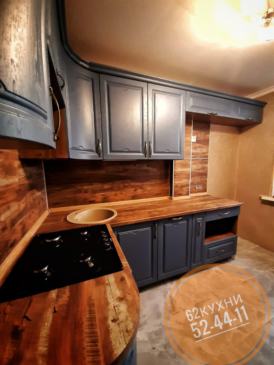 Кухня с деревянной столешницей и серым фасадом от компании 62 кухни