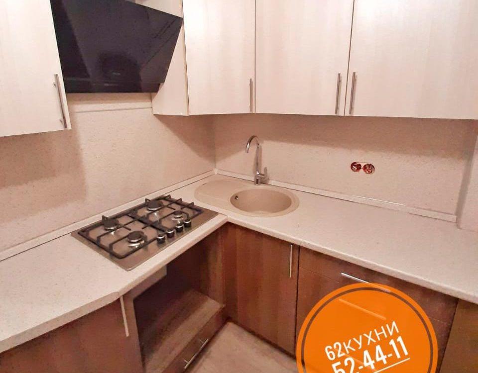 Угловая кухня с фасадом темный низ/белый верх от компании 62 кухни