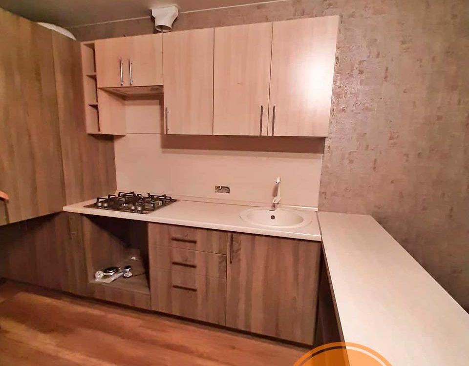 Небольшая кухня с барной стойкой для съемной квартиры