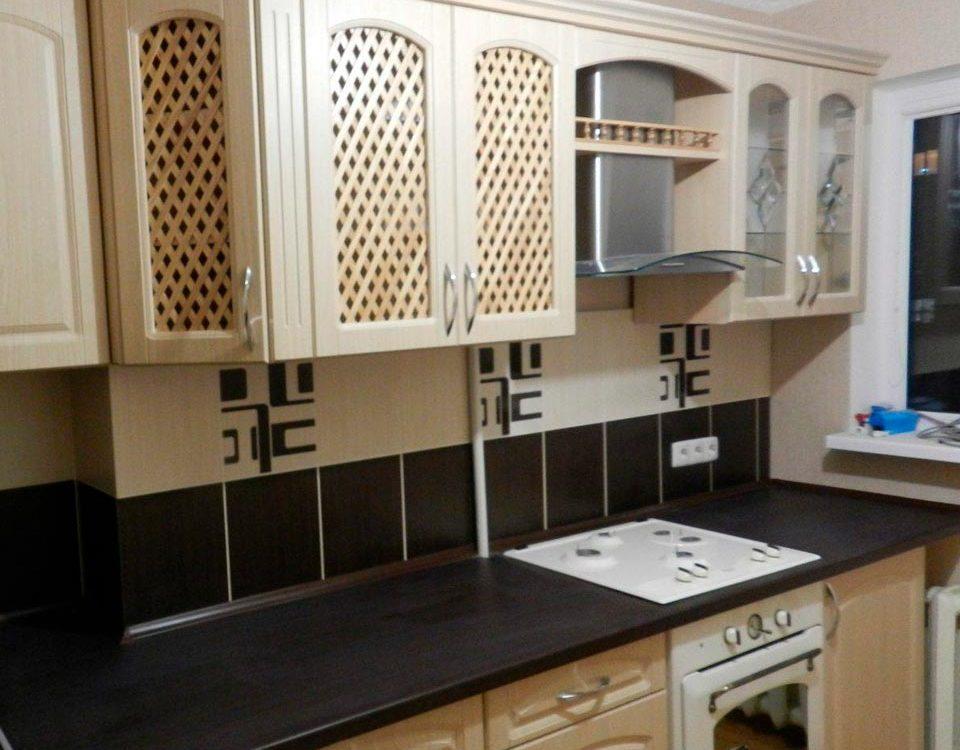 Классическая светлая кухня с контрастной столешницей