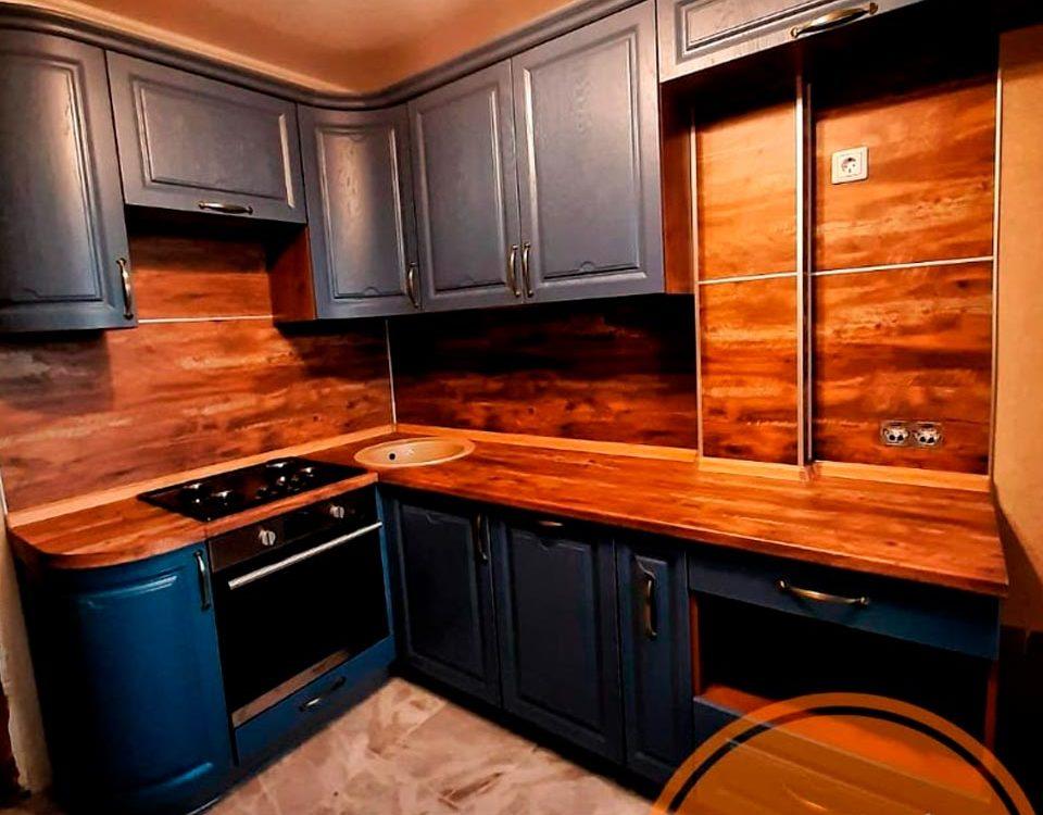 Кухня с деревянной столешницей и синим фасадом