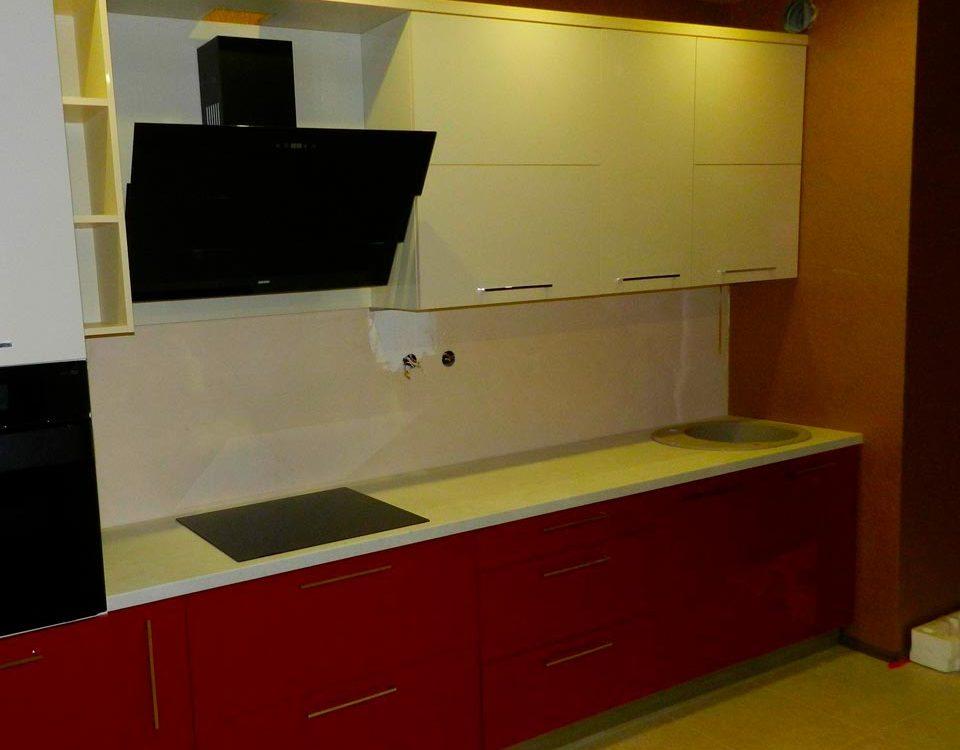 Стильная контрастная кухня с красным низом