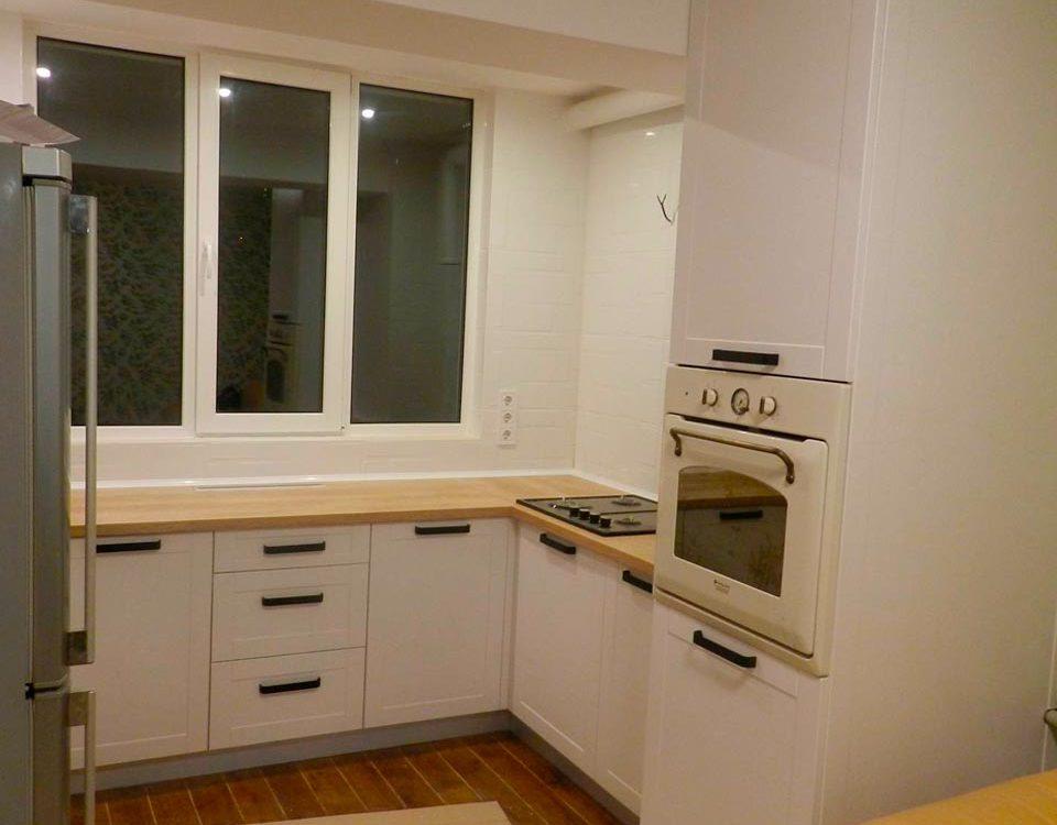 Стильная П-образная кухня для небольшой квартиры