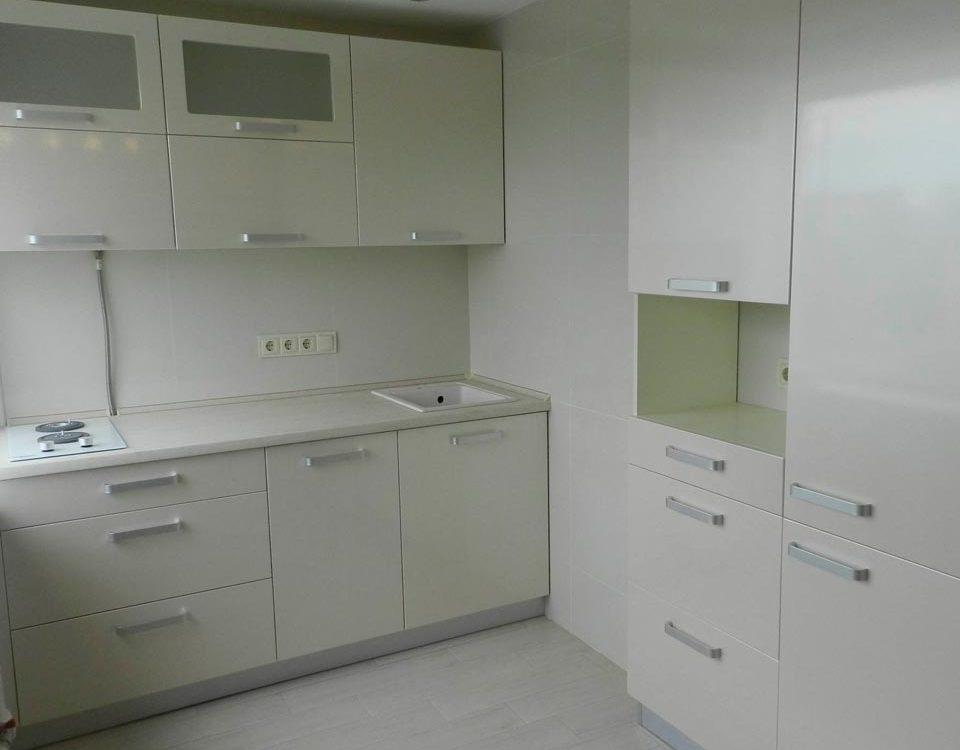 Миниатюрная светлая кухня с множеством ящичков