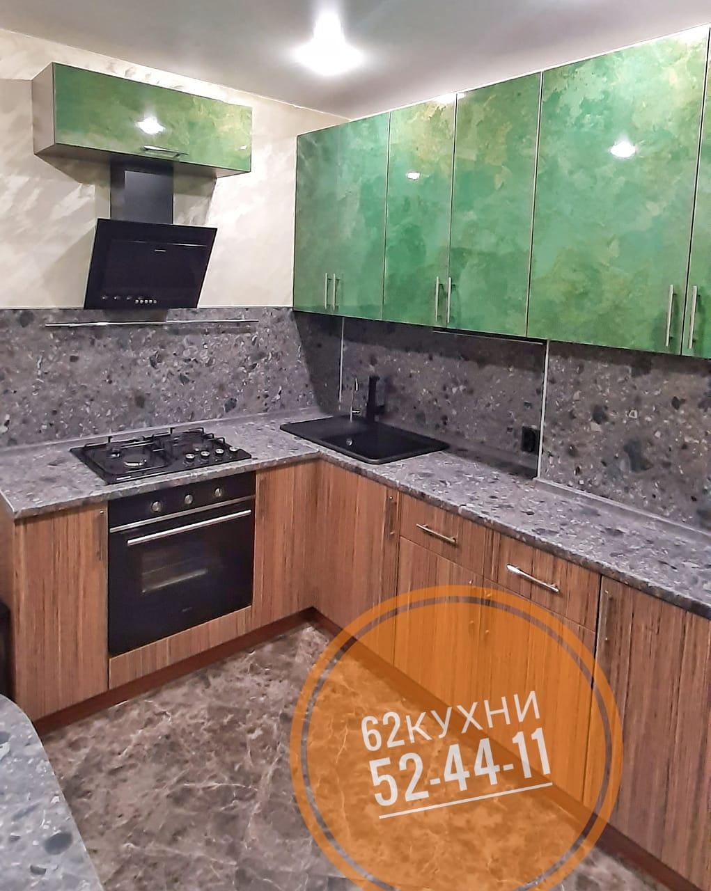 Изумительная угловая кухня изумрудного цвета