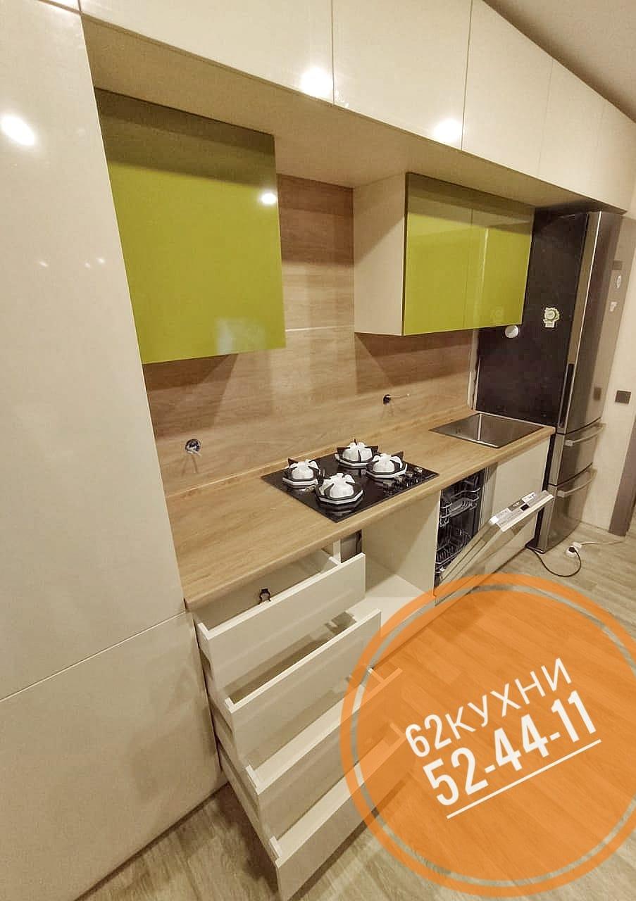 Бежевая кухня с добавлением цвета спелого яблока