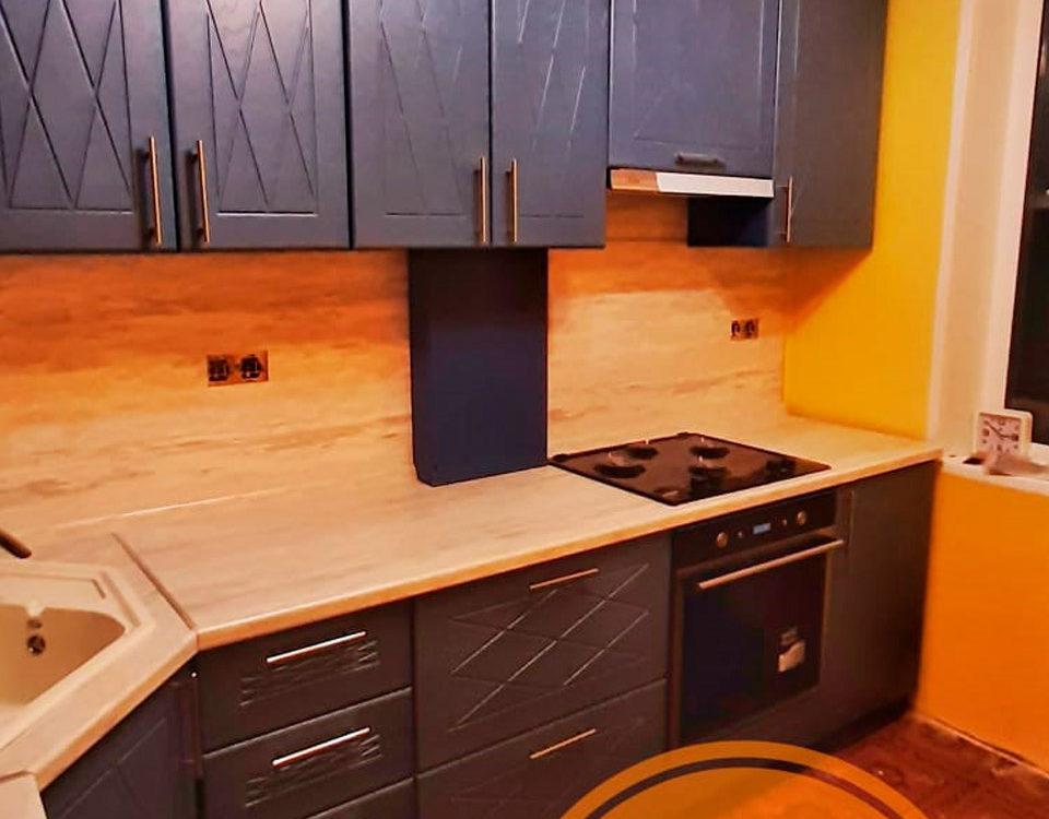 Синяя кухня фасадами из МДФ с фрезеровкой и плёнкой