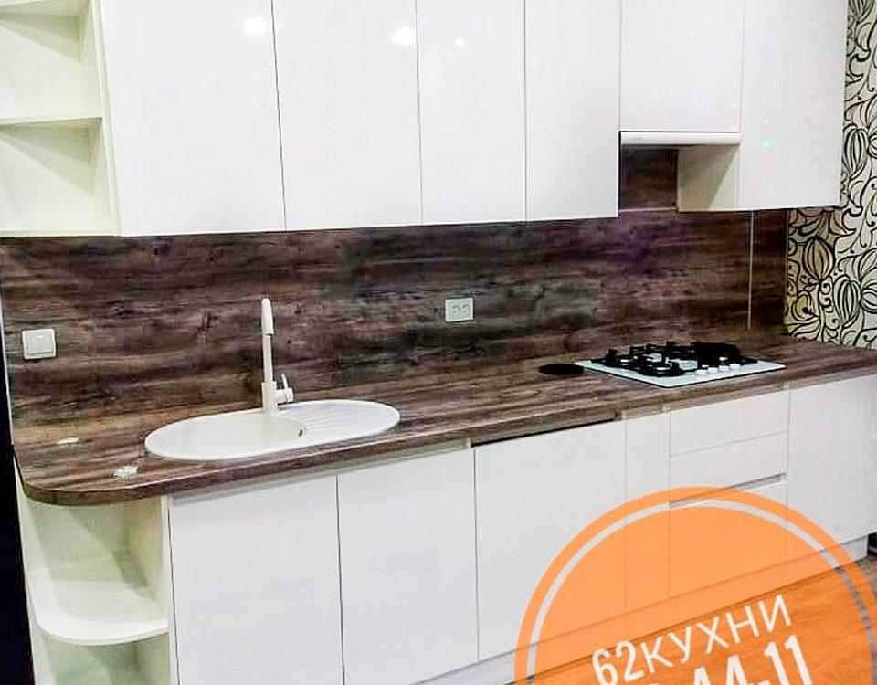 Нарядная кухня с фасадами из глянцевого белого пластика