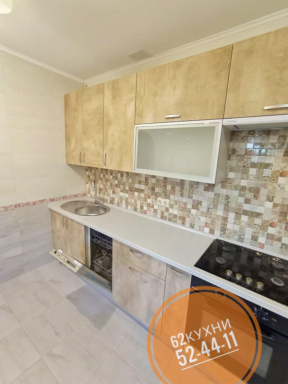 Нарядная прямая кухня с фасадами под камень