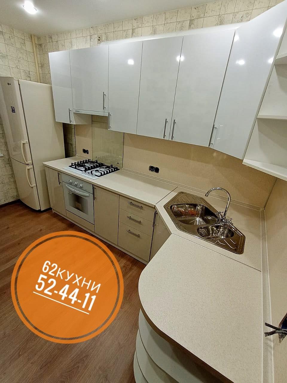 Угловая двухцветная кухня в пастельных тонах
