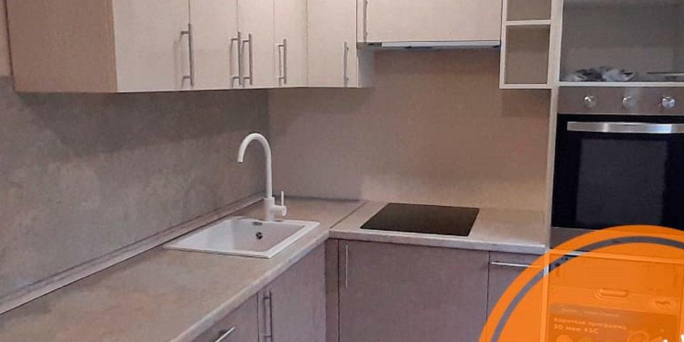Угловая кухня с фасадами с фрезеровкой цвета латте