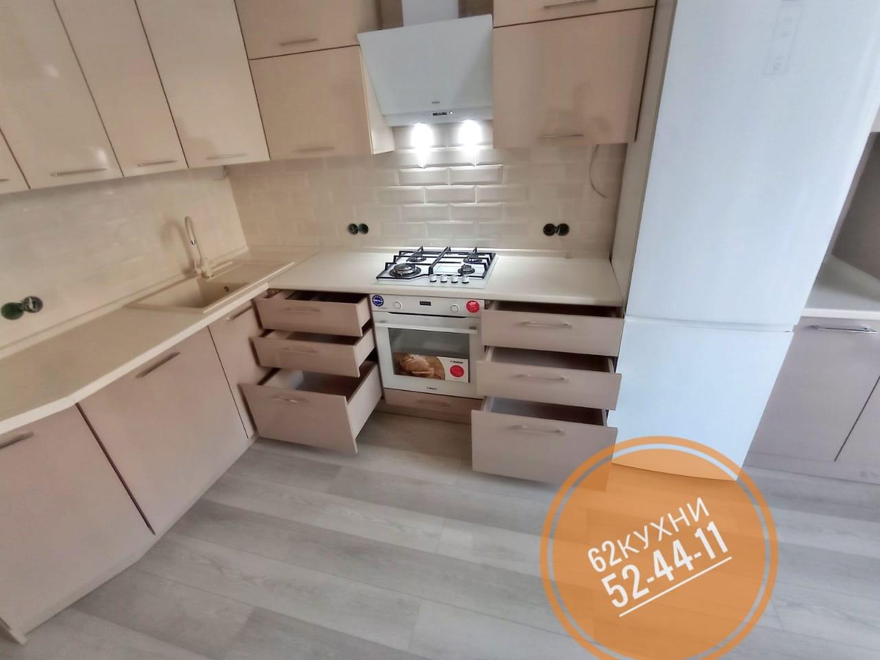 Угловая кухня с пластиковыми фасадами в нежных пастельных цветах