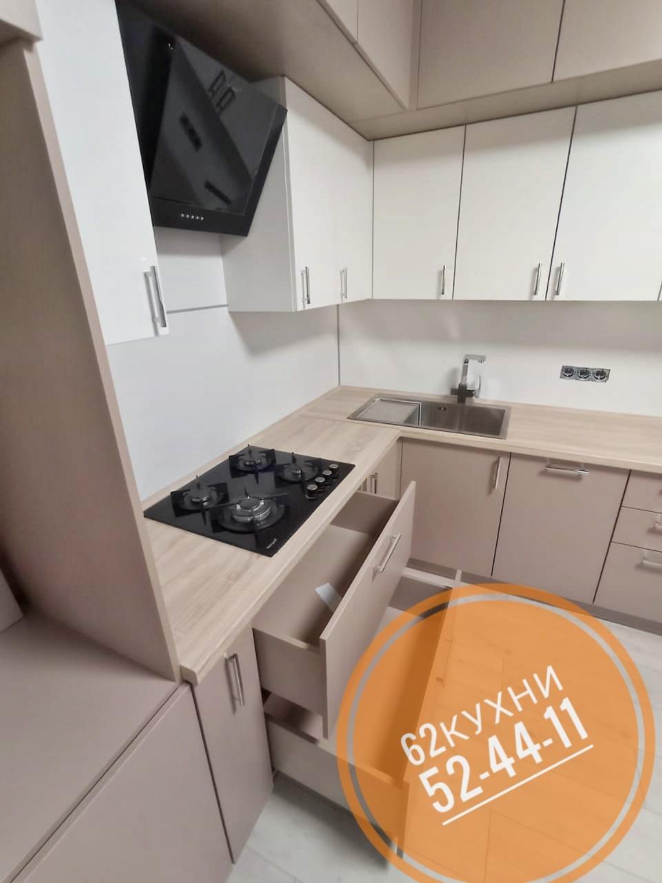 Угловая кухня цвет белый + кофе с молоком с фасадами из пластика от 62 КУХНИ