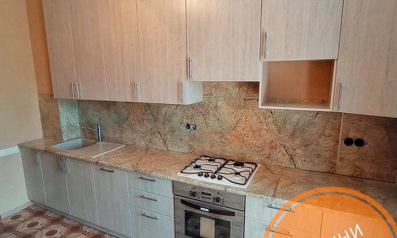 Большая прямая кухня в светлых тонах из ЛДСП