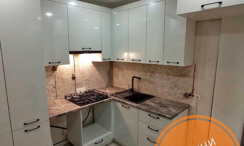 Небольшая кухня сложной формы белого цвета из пластика